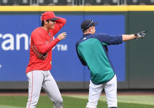 試合前、イチロー(左)と談笑するエンゼルス大谷(撮影・菅敏)
