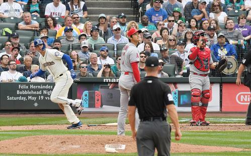マリナーズ対エンゼルス 7回裏マリナーズ無死一塁、ヒーリーに右越え2点本塁打を打たれるエンゼルス大谷(撮影・菅敏)