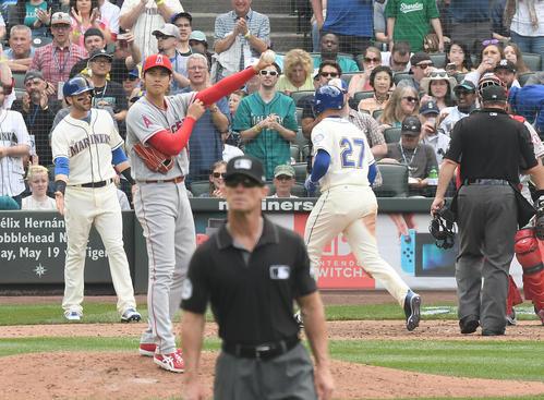 マリナーズ対エンゼルス 7回裏マリナーズ無死一塁、ヒーリー(右)に右越え2点本塁打を打たれ、浮かない表情を見せるエンゼルス大谷(撮影・菅敏)