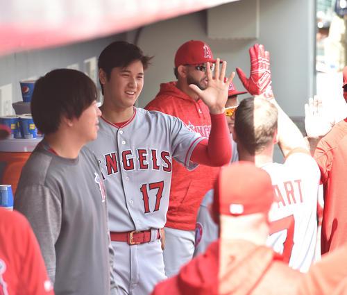 マリナーズ戦に先発し、2回に本塁打を放ったコザート(右)を笑顔で迎えるエンゼルス大谷(撮影・菅敏)