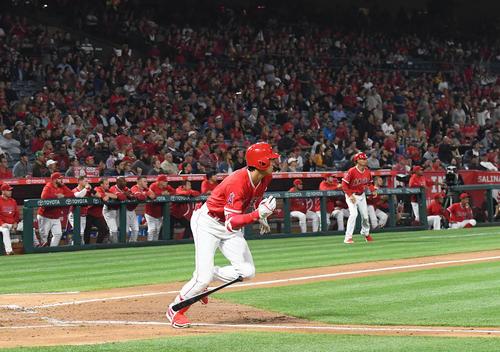 エンゼルス対ツインズ 3回裏エンゼルス2死二塁、右中間に適時二塁打を放つエンゼルス大谷(撮影・菅敏)