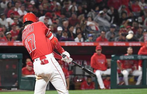 エンゼルス対ツインズ 7回裏エンゼルス2死、中越えに5号本塁打を放つエンゼルス大谷(撮影・菅敏)