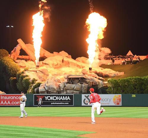 エンゼルス対ツインズ 7回裏エンゼルス2死、中越えに5号本塁打を放ち、外野から吹き上げる炎を横目にダイヤモンドを回るエンゼルス大谷(撮影・菅敏)