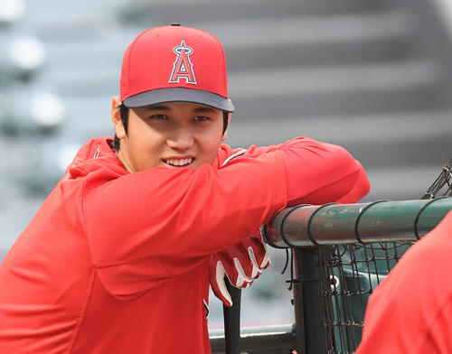 試合前の打撃練習を前に同僚と笑顔で話すエンゼルス大谷(撮影・菅敏)