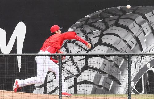 次回の登板に向け、ブルペンで投球練習をするエンゼルス大谷(撮影・菅敏)