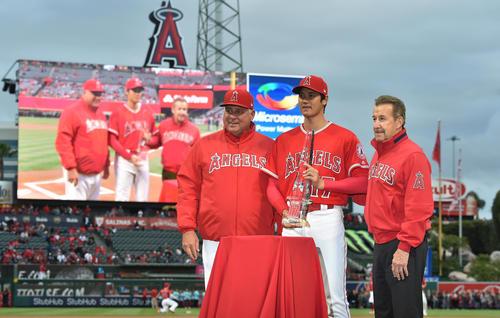 ア・リーグ4月の月間新人MVPを獲得し、トロフィーを手にソーシア監督(左)、モレノ・オーナー(右)と記念写真に納まるエンゼルス大谷(撮影・菅敏)