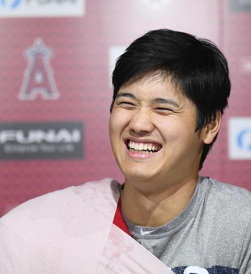 エンゼルス対ツインズ 試合後、笑顔で会見するエンゼルス大谷(撮影・菅敏)