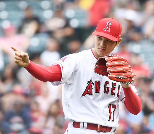 レイズ戦に先発し、3回の投球を終えナインを指さしながらベンチに戻るエンゼルス大谷(撮影・菅敏)
