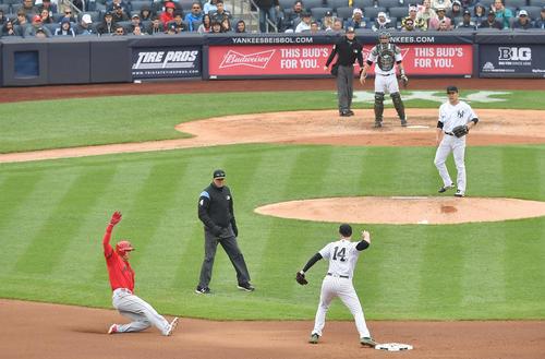 ヤンキース対エンゼルス 4回表エンゼルス1死一、二塁、キンズラーの投ゴロ併殺打でヤンキース田中将大(右端)からの送球で二塁でアウトとなるエンゼルス大谷(撮影・菅敏)
