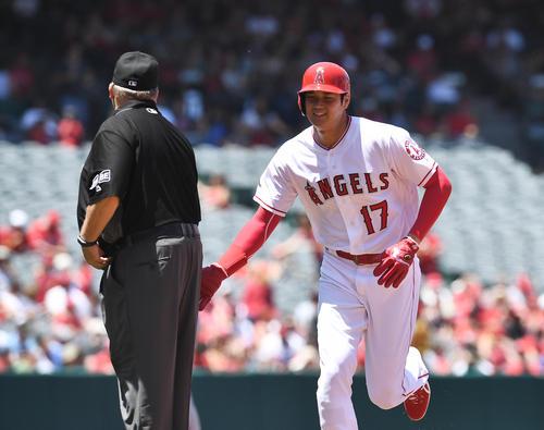 エンゼルス対レンジャーズ 2回裏エンゼルス1死一塁、二塁に向かうも打者コザートが放った打球がファウルとなり帰塁するエンゼルス大谷は、塁審にあいさつする(撮影・菅敏)