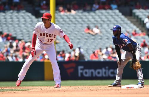 エンゼルス対レンジャーズ 2回裏エンゼルス1死一、二塁、レンジャーズ・プロファー(右)と笑顔で話す二塁走者大谷(撮影・菅敏)