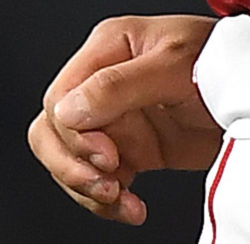 ロイヤルズ戦に先発し、4回、エンゼルス大谷翔平の右手中指は、皮がはがれて痛々しく見えた(撮影・菅敏)