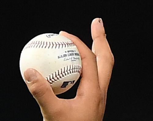 4回、エンゼルス大谷翔平の右手中指は、皮がはがれて痛々しく見えた(撮影・菅敏)