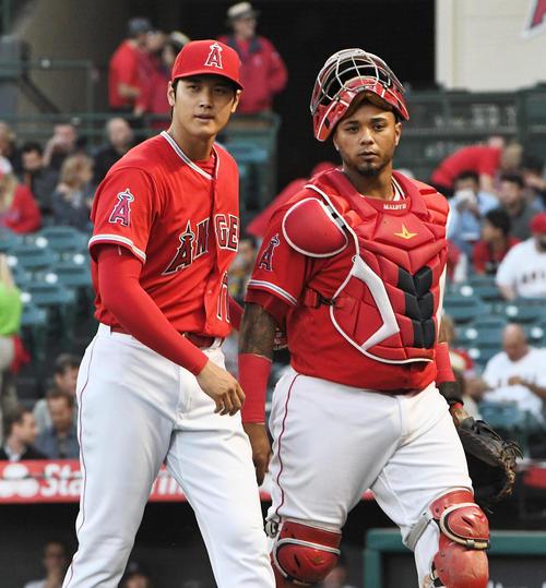 ロイヤルズ戦に先発し、初回の投球を終え捕手マルドナド(右)と話しながらベンチに戻るエンゼルス大谷(撮影・菅敏)