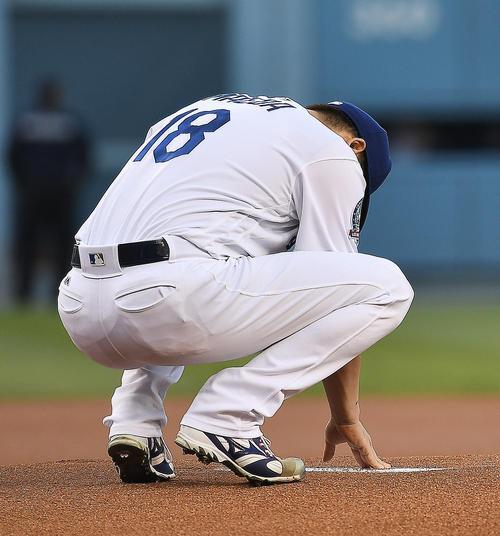 レンジャーズ戦に先発するドジャース前田は、初回の投球を前にプレートに手を当て祈る(撮影・菅敏)