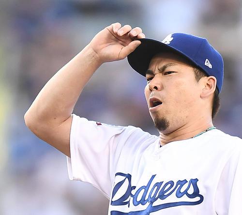 カブス戦に先発し、初回、投球の合間に厳しい表情を見せるドジャース前田(撮影・菅敏)