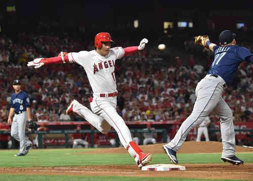 エンゼルス対マリナーズ 4回裏エンゼルス2死、二塁へ打球を放ち、一塁へ疾走するエンゼルス大谷翔平は、二塁手の悪送球で出塁する(撮影・菅敏)