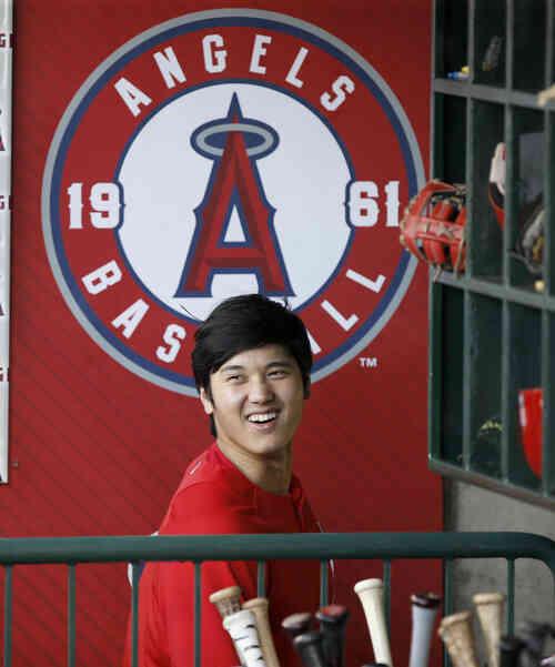 試合前、ダッグアウトで笑顔を見せるエンゼルス大谷(AP)