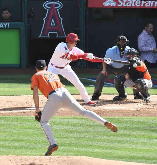 エンゼルス対アストロズ 2回裏エンゼルス無死一塁、エンゼルス大谷は、アストロズ・バーランダーから投前にバントをするもバーランダーが二塁し一塁走者がアウトになる(撮影・菅敏)