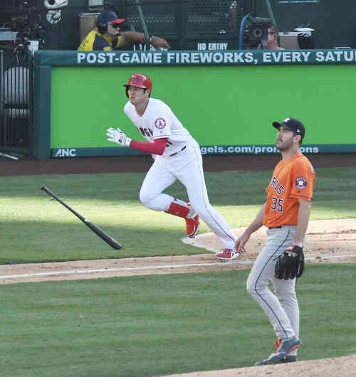 エンゼルス対アストロズ 4回裏エンゼルス1死一塁、アストロズ・バーランダーから右へ二塁打を放つエンゼルス大谷(撮影・菅敏)