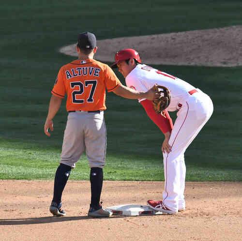 エンゼルス対アストロズ 4回裏エンゼルス1死一塁、二塁打を放ち、塁上でアストロズ・アルテューベ(左)と話すエンゼルス大谷(撮影・菅敏)