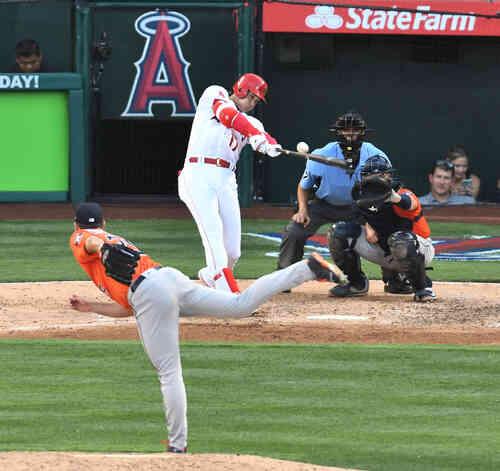 エンゼルス対アストロズ 6回裏エンゼルス1死一塁、アストロズ・バーランダーから右飛に倒れるエンゼルス大谷(撮影・菅敏)