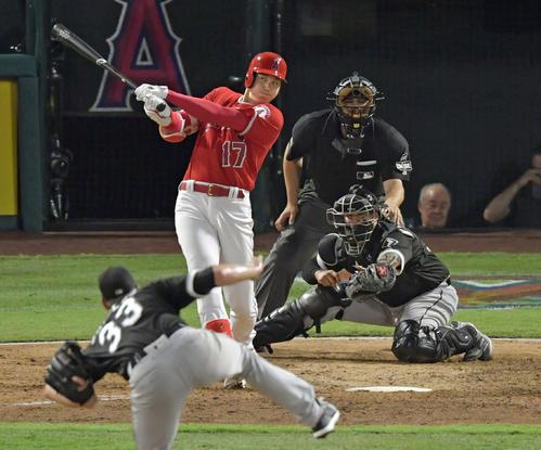 エンゼルス対ホワイトソックス 5回裏エンゼルス無死二塁、右中間に9号2ランを放つエンゼルス大谷。投手シールズ(共同)