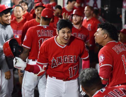 エンゼルス対ホワイトソックス 5回裏エンゼルス無死二塁、右中間に9号2点本塁打を放ち、ベンチで笑顔を見せるエンゼルス大谷(撮影・菅敏)