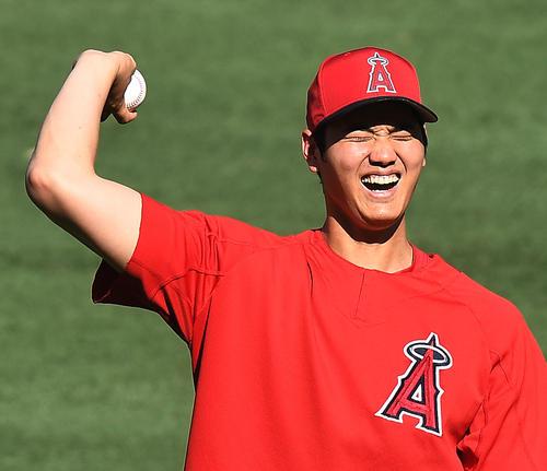 エンゼルス対ホワイトソックス 試合前、笑顔でキャッチボールをするエンゼルス大谷(撮影・菅敏)