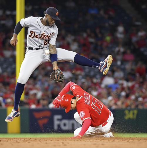 タイガース戦の2回、内野安打で出塁し二盗を決めるエンゼルス大谷(共同)