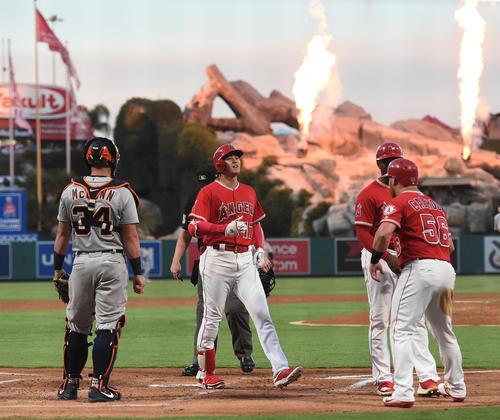 エンゼルス対タイガース 1回裏エンゼルス無死一、二塁、左越えに3点本塁打を放ち、カルフーン(右)らに迎えられるエンゼルス大谷(撮影・菅敏)