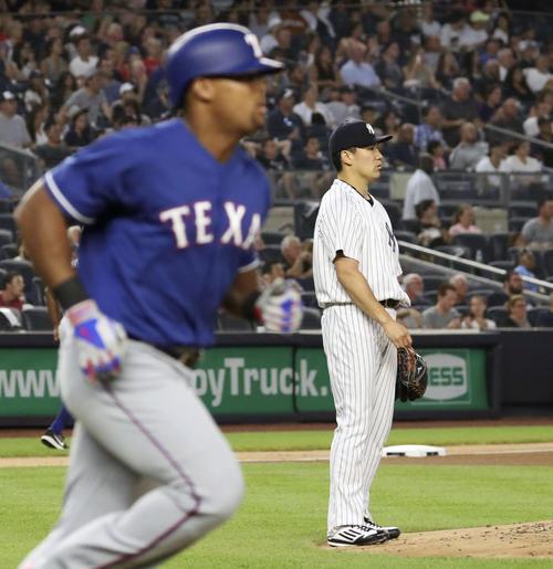 4回、ベルトレ(左)に2ランを浴びたヤンキース田中(共同)