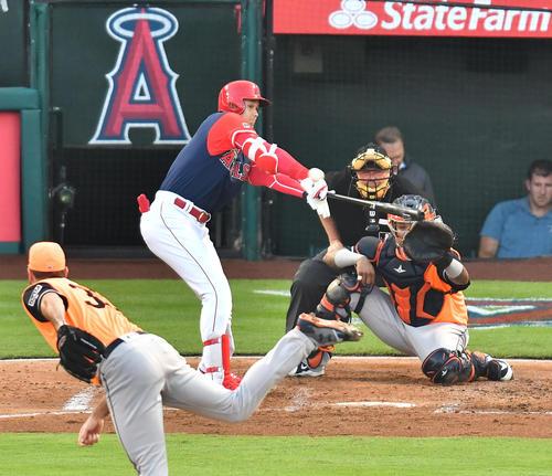エンゼルス対アストロズ 2回裏エンゼルス無死、アストロズ・バーランダー(手前)から右翼線に二塁打を放つエンゼルス大谷(撮影・菅敏)