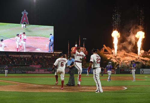エンゼルス対ロッキーズ 4回裏エンゼルス無死二、三塁、中越えに逆転の15号3点本塁打を放ち、フレッチャー(左)とトラウト(右)に迎えられ、飛び跳ねるエンゼルス大谷(撮影・菅敏)