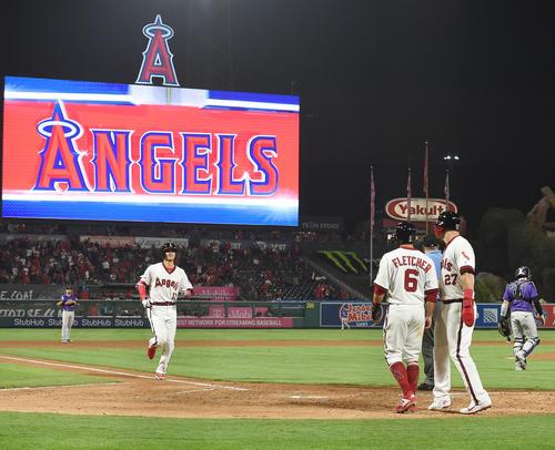 エンゼルス対ロッキーズ 4回裏エンゼルス無死二、三塁、中越えに逆転の15号3点本塁打を放ち、笑顔で本塁に向かうエンゼルス大谷(撮影・菅敏)