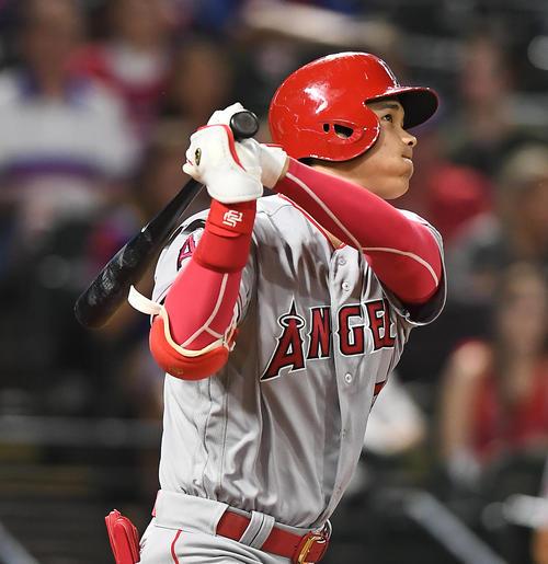 レンジャーズ対エンゼルス 6回表エンゼルス無死、右越えに16号本塁打を放つエンゼルス大谷(撮影・菅敏)