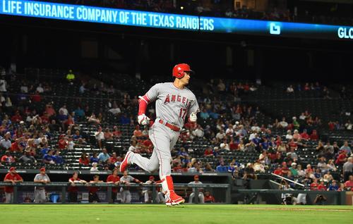 レンジャーズ対エンゼルス 6回表エンゼルス無死、レンジャーズ左腕のマイナーから右越えに16号本塁打を放つエンゼルス大谷(撮影・菅敏)