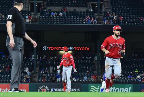 エンゼルス対レンジャーズ 8回表エンゼルス1死一塁、右越えに18号2点本塁打を放ち、打球が入ったスタンドを見ながらダイヤモンドを回るエンゼルス大谷(撮影・菅敏)