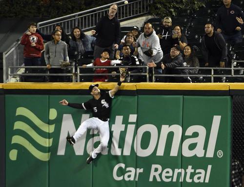 3回、大谷の本塁打をキャッチしようとジャンプするホワイトソックス・エンゼル外野手(AP)