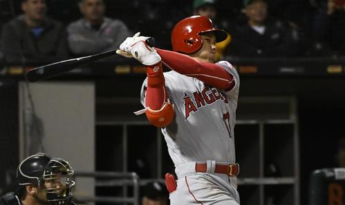 9回、3点三塁打を放つ大谷(AP)