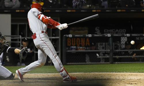 9回、一塁線を破る3点三塁打を放つ大谷(AP)