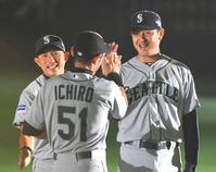 12年3月、試合前セレモニーに臨む、左からマリナーズ川崎、イチロー、岩隈
