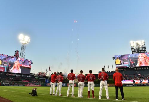 エンゼルス対レンジャーズ 試合前、フィールドに整列し、米国国歌を斉唱するエンゼルス大谷(左から3人目)(撮影・菅敏)