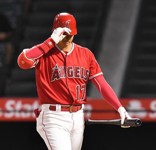 エンゼルス対レンジャーズ 1回裏エンゼルス2死二塁、空振りの三振に倒れ、ベンチに戻るエンゼルス大谷(撮影・菅敏)