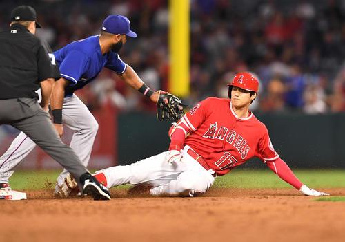 エンゼルス対レンジャーズ 3回裏エンゼルス2死、右へ二塁打を放ち、二塁に滑り込むエンゼルス大谷(撮影・菅敏)
