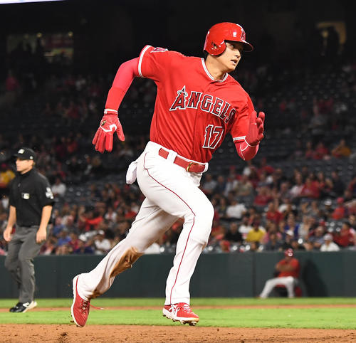 エンゼルス対レンジャーズ 3回裏エンゼルス2死二塁、アップトンの適時三塁打で二塁から疾走し、本塁に向かうエンゼルス大谷(撮影・菅敏)