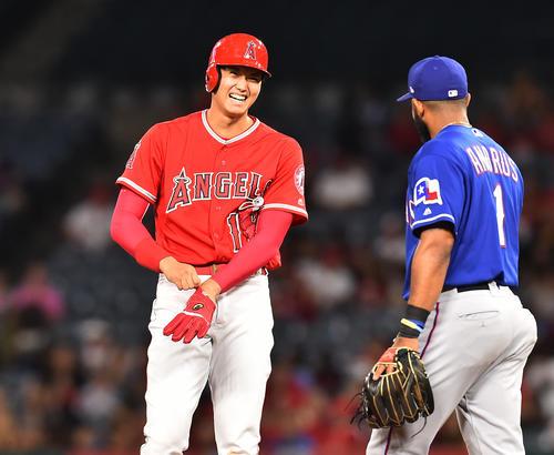 エンゼルス対レンジャーズ 3回裏エンゼルス2死、右へ二塁打を放ち、塁上でレンジャーズ・アンドルスと談笑するエンゼルス大谷(撮影・菅敏)