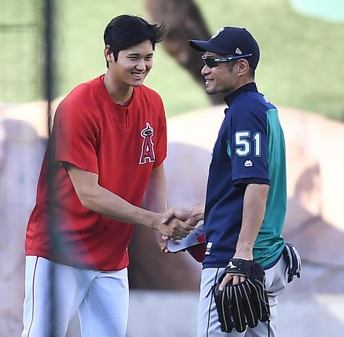 エンゼルス対マリナーズ 試合前、イチロー(右)に握手であいさつするエンゼルス大谷(撮影・菅敏)