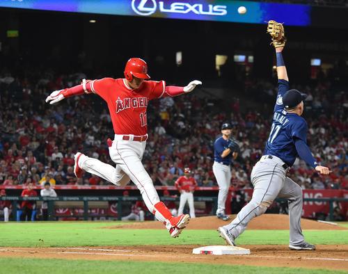 エンゼルス対マリナーズ 4回裏エンゼルス1死一塁、遊ゴロに倒れ、一塁走者が二封されるも懸命に走りセーフとするエンゼルス大谷(撮影・菅敏)