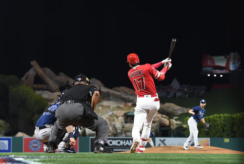 9回裏エンゼルス1死、中越えに6号本塁打を放つ大谷